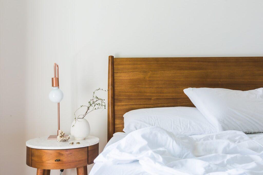 Hvad må der ikke ligge på en fyrs sengebord?