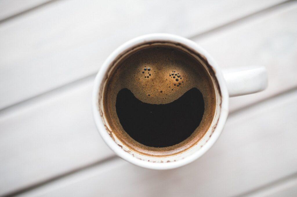 Hvordan laver man kaffe uden en kaffemaskine?